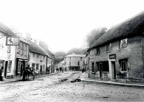 ❱ Cerne Abbas in earlier times, showing the Red Lion, where F Harvey Darton died in 1936