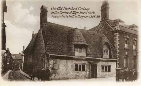 ❱ Now celebrated for its antiquity, houses of the ilk of the Old Thatched Cottage were largely replaced by Victorian buildings as the High Street was continuously updated