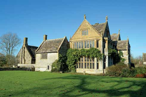 ❱ This is the south-west facing elevation of the manor house. The Hall, with leaded-light mullioned windows, is on the right