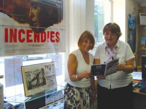 ❱ The Tourist Information Centre manager, Janet Schofield, shows the programme to an interested visitor