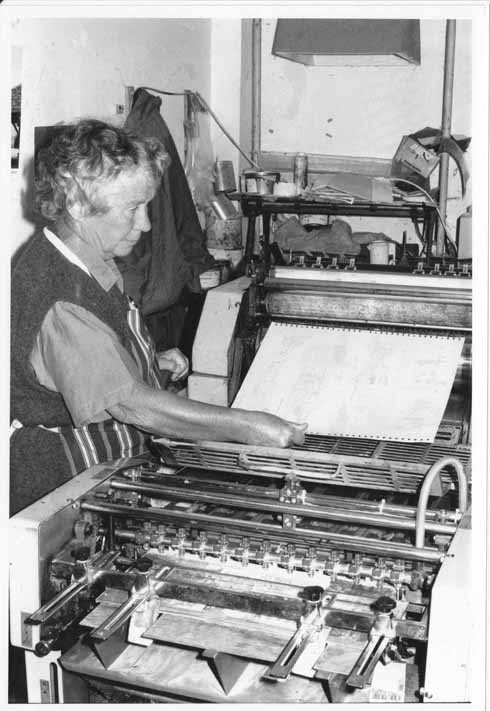 Rena fitting a lithographic printing plate onto the press at home in Tarrant Monkton. Photo by Martin Andrews in 1993, used courtesy of Little Toller Books